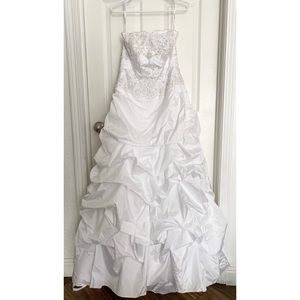 Gorgeous classic 15 year old wedding dress